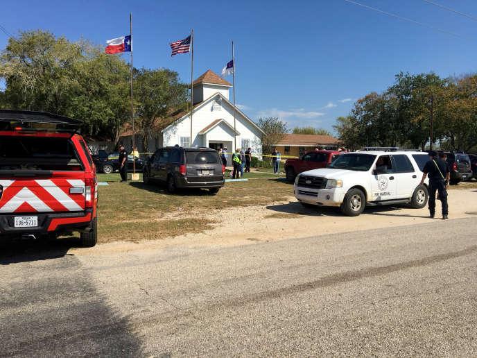 Les équipes de la police scientifique sur le site de la fusillade survenue dans l'église baptiste deSutherland Springs, au Texas, le 5 novembre.