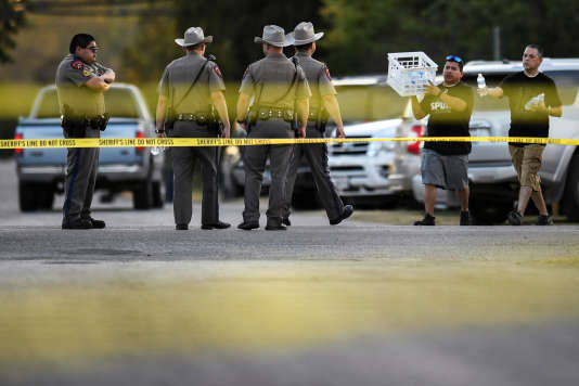Des policiers à proximité du lieu de l'attaque, àSutherland Springs (Texas), le 5novembre.