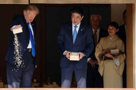 Donald Trump vidant tout le contenu d'une boîte de nourriture lors d'une visite officielle au Japon, le 6 novembre. REUTERS/Jonathan Ernst