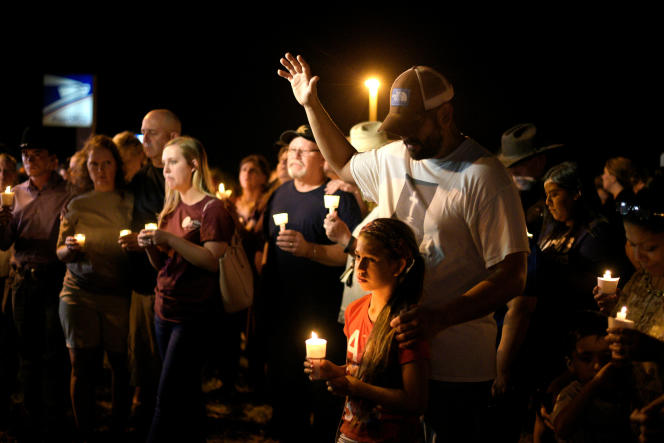 Les habitants de Sutherland Springs se sont rassemblés dimanche 5 novembre au soir et ont allumé des bougies en hommage aux victimes, dont la plus jeune était âgée de5ans.