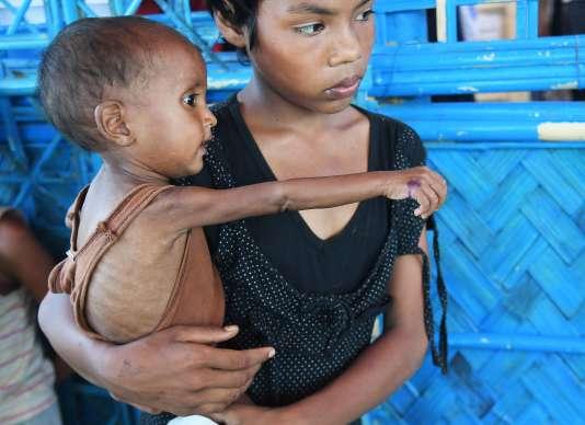 Quelque 900 000 Rohingya sont entassés aujourd'hui dans des conditions insalubres dans des camps de tentes dans le sud du Bangladesh.