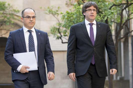 L'ancien porte-parole du gouvernement catalan, Jordi Turull, aux côtés de Carles Puigdemont.