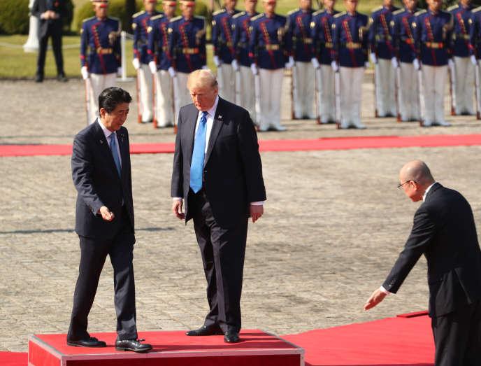 Shinzo Abe etDonald Trump lors d'une cérémonie militaire, au palais d'Akasaka ou «maison des hôtes d'Etat», à Tokyo, le 6 novembre.