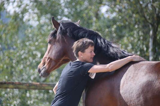 Depuis le démarrage de la formation en équitation éthologique, le Hara de la Cense a formé une centaine de stagiaires, principalement des jeunes femmes.