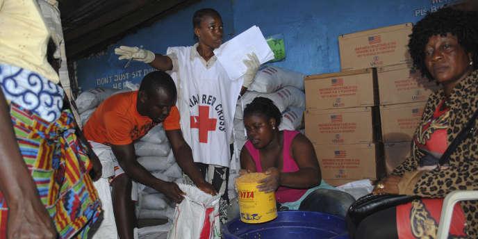 La Croix-Rouge organise une distribution de nourriture, lors de l'épidémie d'Ebola, à Monrovia (Liberia) en 2014.