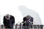 Les dirigeants de Kobe Steel, dont le vice-président exécutif,Naoto Umehara (à droite) présentent leurs excuses pour le scandale touchant le groupe sidérurgique, le 30 octobre, à Tokyo.