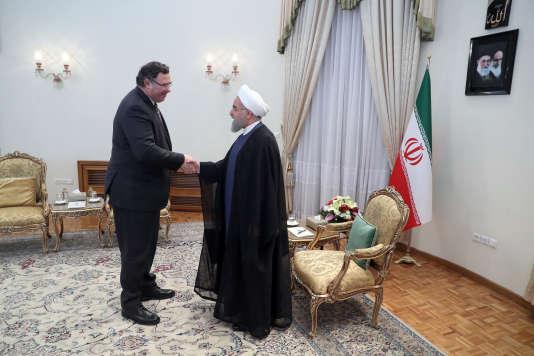 Patrick Pouyanné avec le président Rohani à Téhéran, en juillet. Le patron de Total s'est récemment dit prêt à quitter le pays si le législateur américain l'imposait.