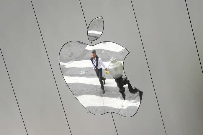 Le logo d'un magasin Apple à Los Angeles, en août.