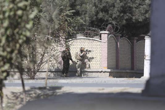 Les forces afghanes de sécurité lors de l'attaque dusiège de la chaîne de télévision Shamshad TV à Kaboul,revendiquée par l'organisation Etat islamique, le 7 novembre à Kaboul.