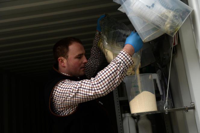 Edward Ford utilise du glyphosate dans sa ferme de Brentwood, en Grande-Bretagne, le 7 novembre.