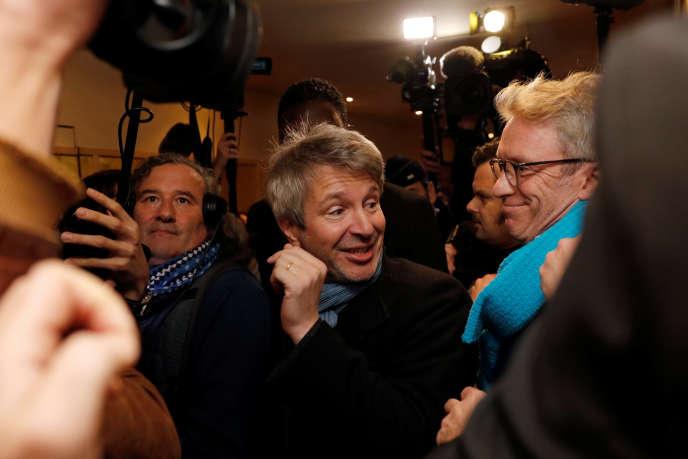 L'écrivain Eric Vuillard lors de son arrivée au restaurant Drouant pour y recevoir le prix Goncourt, à Paris, le 6 novembre.