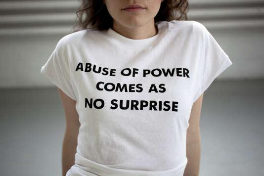 « L'abus de pouvoir n'est pas une surprise » : ce « truisme » de l'artiste new-yorkaise Jenny Holzer, créé à la fin des années 1970, a été reproduit sur des tee-shirts.
