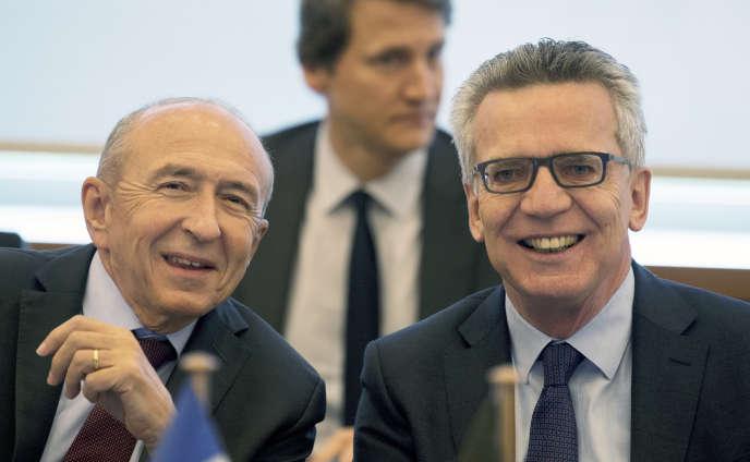 « Fin octobre, le ministre de l'intérieur allemand, Thomas de Maizière, a notifié à ses partenaires son intention de prolonger ces contrôles pour une période supplémentaire de six mois. » (Photo : Gerard Collomb (à gauche) et Thomas de Maiziere, les ministres français et allemand de l'intérieur, lors dela première réunion plénière du Conseil franco-allemand de l'intégration (CFAI), à Berlin, le mardi 7novembre).