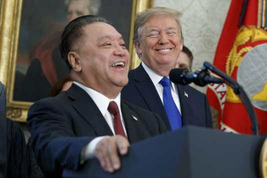 Hock Tan, PDG de Broadcom, et Donald Trump, jeudi 2novembre, à la Maison Blanche, à Washington.