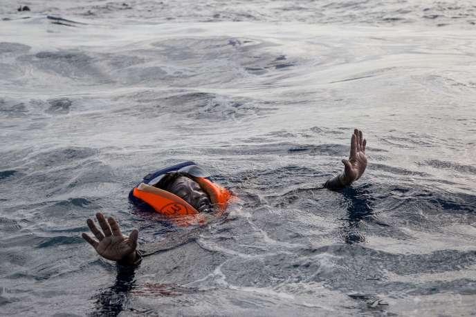 Un migrant récupéré au large de la Libye par l'ONG allemande Sea Watch, le 6 novembre.