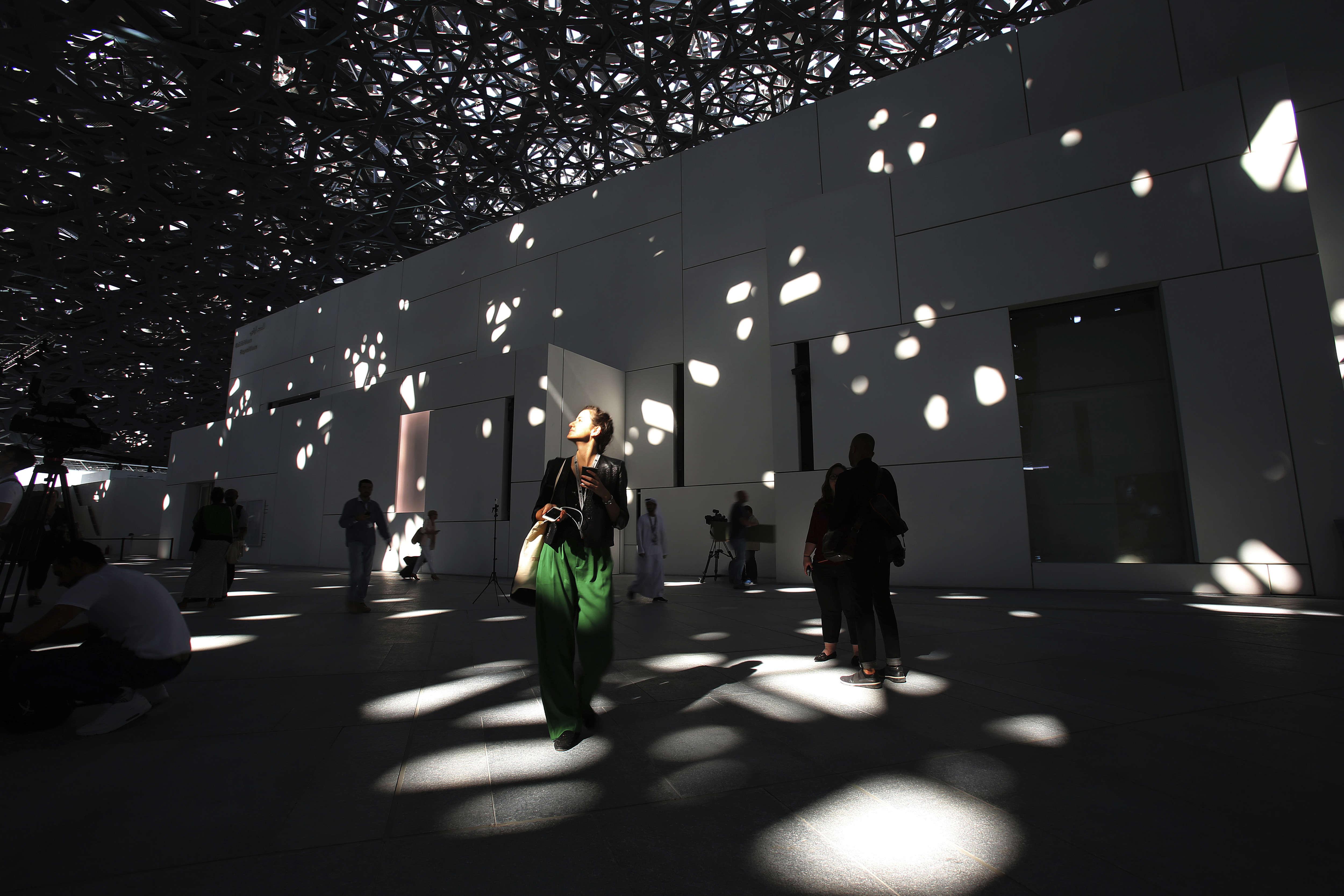Un dôme de 180 mètres de diamètre est composé de 7850 étoiles en métal à travers lesquelles les rayons du soleil s'infiltrent.