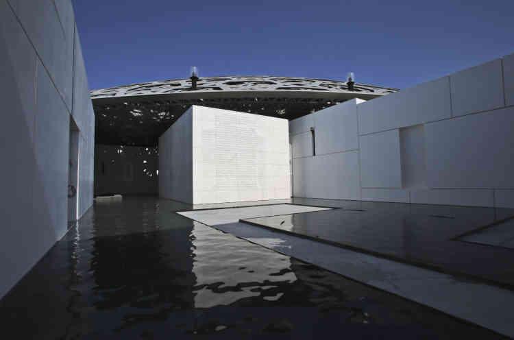 L'architecture du Louvre Abu Dhabi est inspirée des médinas arabes avec un ensemble de 55 bâtiments blancs.