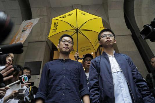 Joshua Wong (à droite) et Nathan Law (à gauche), devant la Cour d'appel final à Hongkong, mardi 7 novembre.