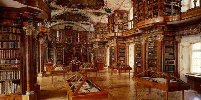 La salle baroque de l'abbaye de Saint-Gall, en Suisse, abrite une prestigieuse bibliothèque.