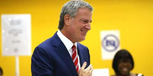 Le maire de New York, Bill de Blasio a voté, mardi 7 novembre, dans une bibliothèque publique de Brooklyn.