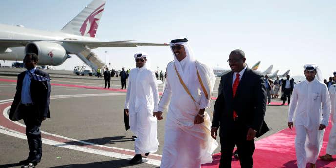 L'émir du Qatar Cheikh Tamim Bin Hamad Al-Thani (au centre) et le premier ministre éthiopien Haile Mariam Dessalegn (à droite) sur le tarmac de l'aéroport de la capitale Addis-Abeba, le 10 avril 2017.