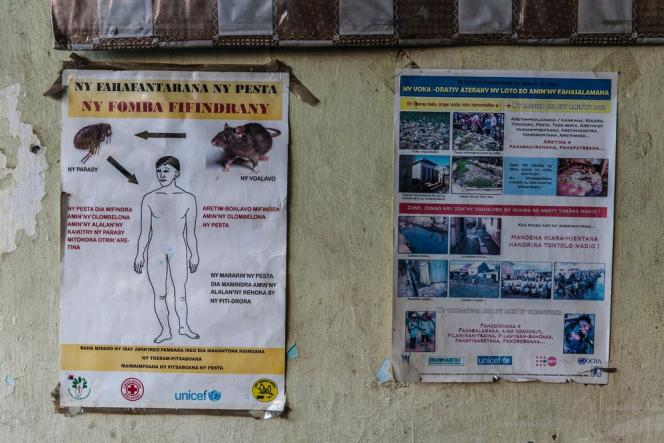 Affiche d'information sur la peste et ses vecteurs dans l'école primaire publique de Manarintsoa, dans les bas quartiers d'Antananarivo, en 2016.