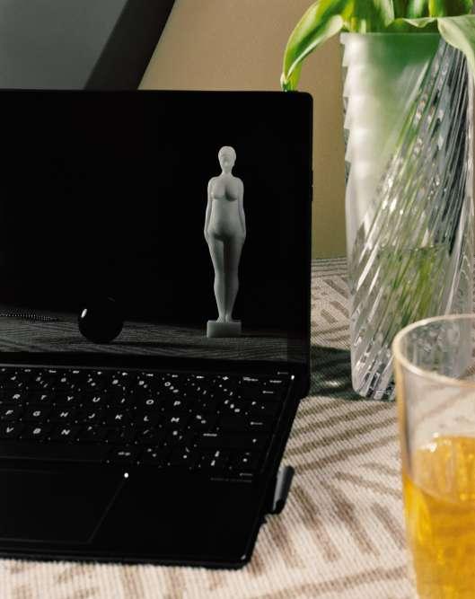 Ordinateur portable détachable Spectre x2 avec stylet, écran de 12,3pouces, HP. Remerciements : statues, Galerie Annick Vidal Antiquités.