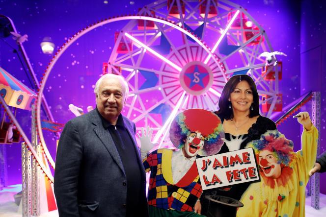 Marcel Campion et un panneau représentant Anne Hidalgo, le 8novembre 2017.