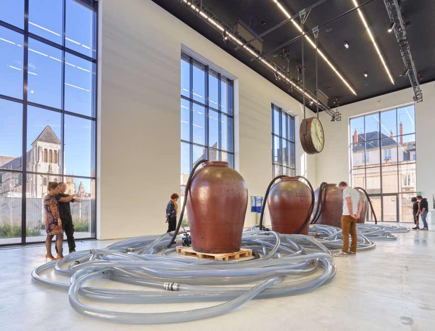 """«L'""""Instrumentarium""""est une œuvre emblématique de Klaus Rinke, créée en 1985 pour le Forum du Centre Pompidou. Elle se composait alors de l'arsenal d'instruments de récupération, de mesure, de circulation de l'eau développés par l'artiste depuis 1964. Il en livre ici une nouvelle version dans la nef, espace conçu pour la production d'œuvres monumentales.»"""