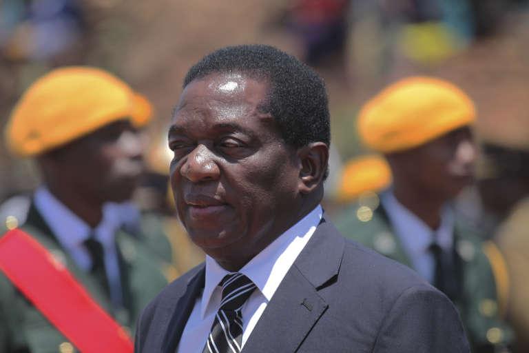Après quelques jours d'exil, Emmerson Mnangagwa a annoncé son retour au Zimbabwe.