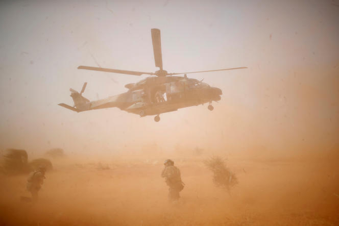 Un hélicoptère de l'operation Barkhane, à Inaloglog, au Mali, le 17 octobre.
