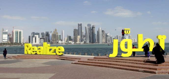 Des sculptures calligraphiques, en anglais et en arabe, réalisées pour la promotion de la Fondation du Qatar, jalonnent la corniche de Doha.