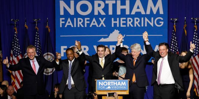 Le nouveau gouverneur démocrate de Virginie, Ralph Northam (au centre), célèbre sa victoire sur le campus de l'université George Mason, à Fairfax, en Virginie.