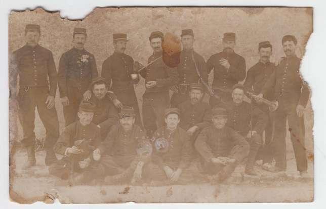 Sur la photo retrouvée par la cousine du petit-fils de Claude Fournier, le soldat figure parmi d'autres. Pour l'identifier, il faudra procéder à une reconstitution faciale.