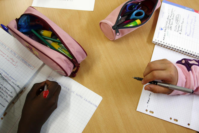 Des élèves font leurs devoirs de classe au collège Robert-Desnos d'Orly (Val-de-Marne).