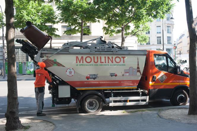 Paris. Le 1er juin 2017. Collecte des biodéchets par l'entreprise Moulinot Compost et Biogaz, avec le ripper Julien Debrai.