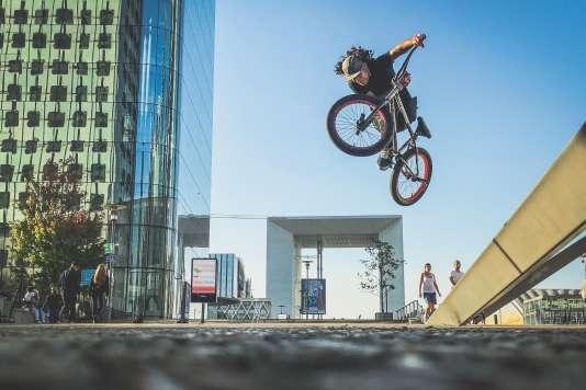 Le rider colombien Julian Molina, lors du tournage parisien à la fin d'octobre.