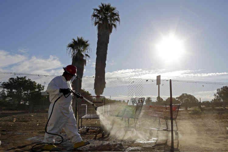 Un ouvrier pulvérise une solution d'eau de Javel sur un trottoir du centre-ville de San Diego, le25septembre, dans le but de contrôler une épidémie mortelle d'hépatiteA. L'augmentation du nombre de cas d'hépatite chez les sans-abri et la propagation géographique de la maladie ont conduit la Californie à déclarer l'état d'urgence enoctobre.
