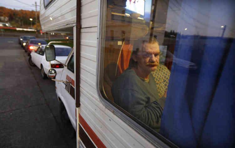 Stanley Timmings au travers de la fenêtre de son camping-car, acheté 300 dollars, dans une rue de Seattle. Environ un tiers des sans-abri vivent dans des véhicules, selon de récentes statistiques.