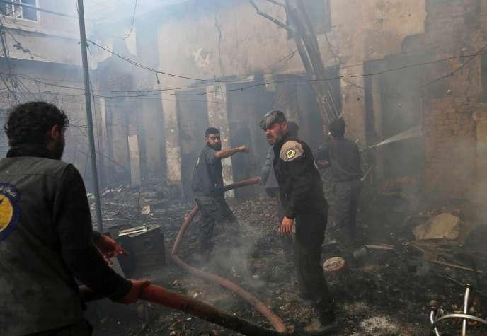 Des membres de la défense civile syrienne, le 8 novembre dans la région de la Ghouta, près de Damas.