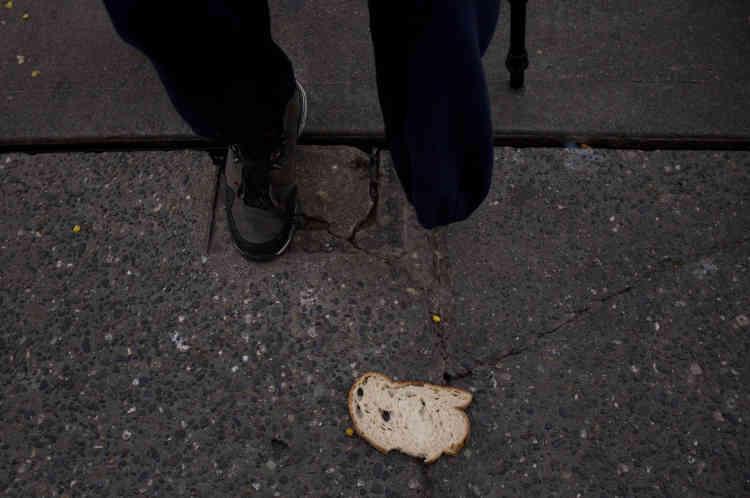 Un morceau de pain sur le trottoir alors que Korey Epps, un sans-abri de 44 ans amputé de sa jambe à cause d'une infection contractée en prison, attend pour entrer à l'Union Gospel Mission de Seattle pour passer la nuit, le27septembre.«Chaque jour, je me sens plus inutile, sans espoir, je ne peux pas croire que j'en suis là», a déclaré Epps. «Je pourrais aussi bien prendre de la drogue, j'ai tout perdu.»
