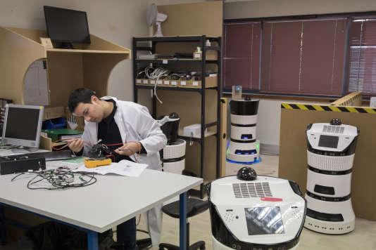 Chez Partnering Robotics, à Cergy (Val-d'Oise), le 3 novembre.L'entreprise a créé Diya One, un robot qui analyse et purifie l'air.