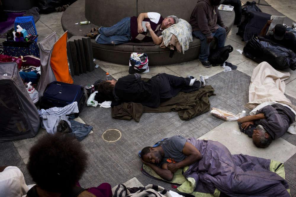 Un groupe de sans-abri dort dans la cour de la Mission de minuit, une association d'aide aux personnes en difficulté,le 14 septembre, à Los Angeles. La cour de la mission est ouverte à tous les sans-abri à la recherche d'un endroit sûr pour passer la nuit.