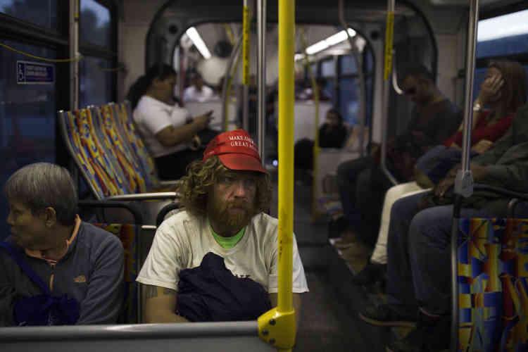 Le 28 octobre, coiffé d'une casquette en faveur de la campagne de Donald Trump, Nathanael Baisley, 38ans, est assis dans un bus à Los Angeles en route pour la plage de Santa Monica, où il passera la nuit. M.Baisley est en train de divorcer. Sa femme vit en Angleterre avec leur fils de5ans.