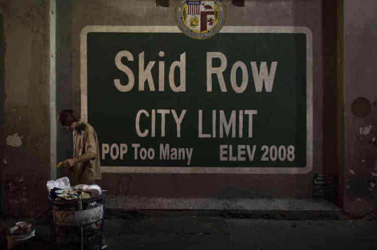 Un sans-domicile cherche de la nourriture dans une poubelle dans la zone de Skid Row à Los Angeles, le 28 octobre. Ce secteur abrite la plus grande concentration de sans-abri du pays. Au moins 10villes ont officiellement déclaré l'état d'urgence, la Californie l'a fait à l'échelle de l'Etat en raison d'une épidémie d'hépatiteA liée à des campements de sans-abri.
