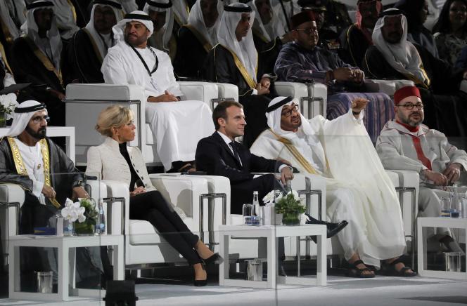 De gauche à droite : le cheikh Mohammed Ben Rachid Al-Maktoum, émir de Dubaï, Brigitte Macron et son époux, Emmanuel Macron, le prince héritier d'Abou Dhabi Mohammed Ben Zayed Al-Nahyan et le roi du Maroc, Mohammed VI, le 8 novembre.