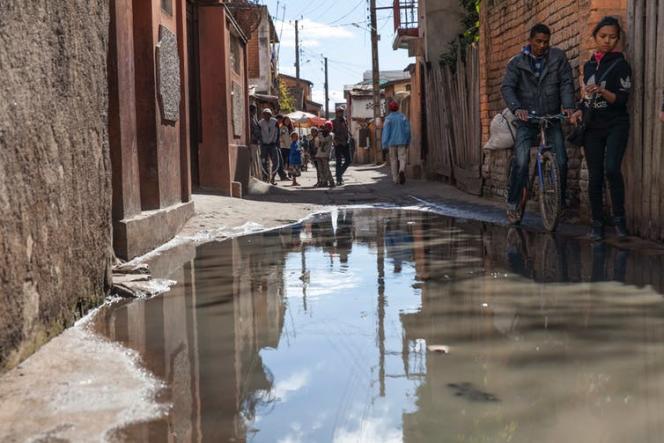 Les bas quartiers d'Antananarivo sont systématiquement inondés, parfois à hauteur de hanche, durant la saison des pluies car les égouts, des canaux à ciel ouvert, sont bouchés par l'accumulation de déchets.