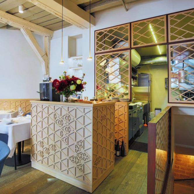 Les architectes Alia Bengana et Bianca Patroni Griffi ont éclairci la salle avec des bois blond, des claustras et des pierres meulières.