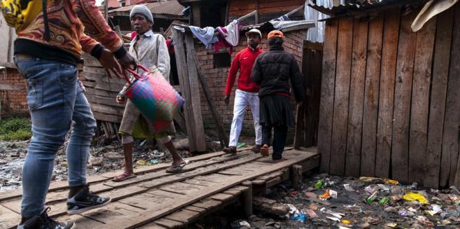 Les bas quartiers d'Antananarivose sont installés sur d'anciens marécages. L'absence de toilettes favorise le développement de maladies comme la tuberculose, la peste ou le choléra, qui resurgissent régulièrement.