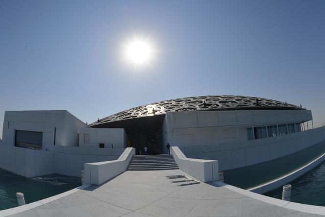 Une des entrées et le dôme du Louvre Abu Dhabi surl'île de Saadiyat (Emirats arabes unis), le 6 novembre.